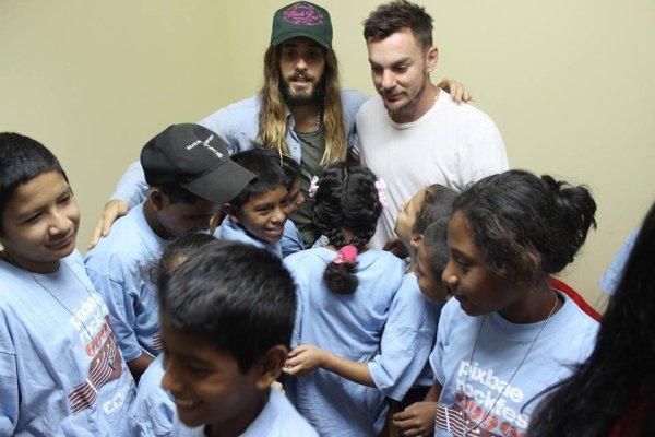 Jared et Shannon rencontrant des enfants porteurs du VIH et du SIDA au Panama.