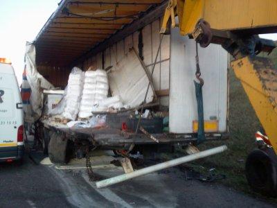 Camion avec des produits dangereux qui percute un camion sur la bande d'arret d'urgence