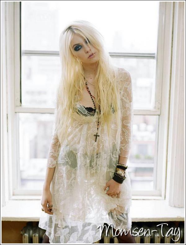 .Voici encore une nouvelle photo provenant de ce photoshoot  Très peu vêtue, la Taylor... Mais y a-t-il encore quelqu'un que ça étonne ? .