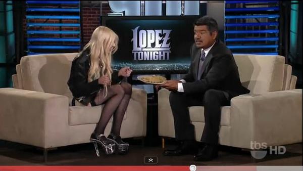 -Taylor était dans l'émission Lopez Tonight le 10/02 pour faire sa promo Et pour l'occasion, elle nous a resorti le corset beige qu'elle a porté tout l'été sur la tournée..