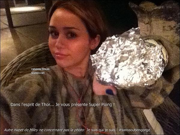 .23/04/11 Miley a été aperçue s'accordant une séance shopping à Toluca Lake avec des amies.Niveau tenue c'est un flop. Je n'adhère pas à la superposition des cuissardes avec le short et le long gilet noir....