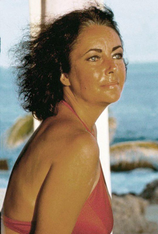 LIZ TAYLOR EN MODE DECONTRACTEE
