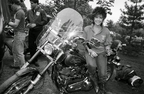 LIZ TAYLOR EN LOUBARDE EFFAROUCHÉE EN 1988