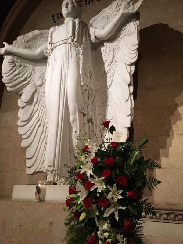 DES FLEURS SUR LA TOMBE DE DAME ELIZABETH ROSEMOND TAYLOR À L'OCCASION DE SON ANNIVERSARE,ELLE AURAIT FÊTER SES 85 ANS,LOS ANGELES,LE 37 FÉVRIER 2017