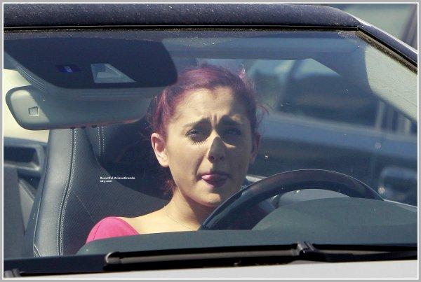 Ari a été vue avec Liz Gillies au DMV à LA pour leur test de conduite