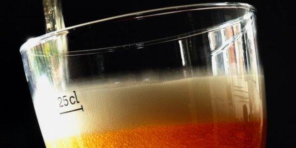 """La consommation d'alcool est responsable de 49.000 morts par an en France  Les Français boivent trop ! La consommation d'alcool en France est responsable de 49.000 décès en 2009, dont 40% surviennent avant 65 ans, selon une étude publiée lundi.  L'alcool est responsable de 36.500 décès chez l'homme, ce qui représente 13% de la mortalité totale masculine et de 12.500 décès chez la femme, soit 5% de la mortalité totale, selon l'étude de Sylvie Guérin, Agnès Laplanche, Ariane Dunant et Catherine Hill (service de biostatistique et d'épidémiologie, Institut Gustave Roussy, Villejuif, France) paraissant dans l'European Journal of Public Health.  """"L'alcool est une cause importante de mortalité prématurée, puisqu'il est responsable de 22% (près d'un sur quatre) des décès entre 15 et 34 ans, 18% (près d'un sur cinq) des décès entre 35 et 64 ans et 7% des décès à partir de 65 ans"""", souligne auprès de l'AFP Catherine Hill.  """"Les décès attribuables à l'alcool sont surtout des cancers (15.000 décès) et des maladies cardio-vasculaires (12.000 décès)"""", poursuit la chercheuse qui juge que """"les Français boivent beaucoup trop!""""  S'y ajoutent notamment 8.000 morts dues à des maladies digestives (cirrhoses...) et autant dues à des accidents et suicides. Le reste relève d'autres maladies dont des troubles mentaux liés à l'alcool.  Si on considère tout l'alcool consommé en France uniformément dans toute la population de 15 ans et plus, on obtient une consommation de 27 grammes d'alcool pur par adulte et par jour, ce qui correspond à 2,7 verres d'une boisson alcoolisée servie dans un café. Une personne boit de la bière, à Blaringhem le 4 octobre 2012 [Philippe Huguen / AFP/Archives] Photo ci-dessus Une personne boit de la bière, à Blaringhem le 4 octobre 2012 [Philippe Huguen / AFP/Archives]  Dans un café, 10 cl de vin à 12,5°, 25 cl de bière à 5°, 6 cl d'apéritif à 20° ou 3 cl d'alcool à 40° (whisky, pastis, gin, rhum,...) correspondent à 10 grammes d'alcool pur.  Même à moindre dose, c'"""