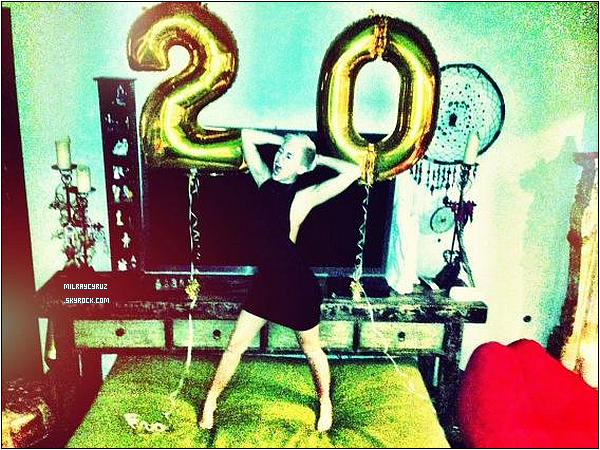 Voici une photo perso provenant de twitter ou on peut voir Miley à son anniversaire je trouve la photo super :)