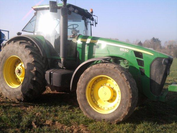 un tracteur qui est venu faire une demo a st quentin mon ecole un 8530 et un semoir lemken compact solitaire 9