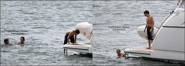 • 10 Avril: - Les garçons sur leur bateau de croisière de luxe le au port de Sydney. Bien mérité, non?
