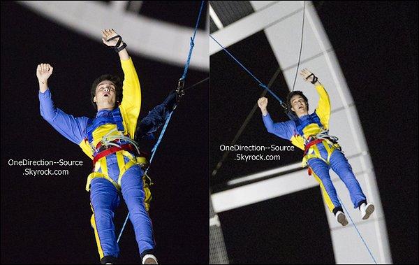 .•  20 avril :  - Les garçons faisant du saut à l'élastique. ( Sky Tower) • 19 avril :  - Les garçons à la fenêtre de leur hôtel
