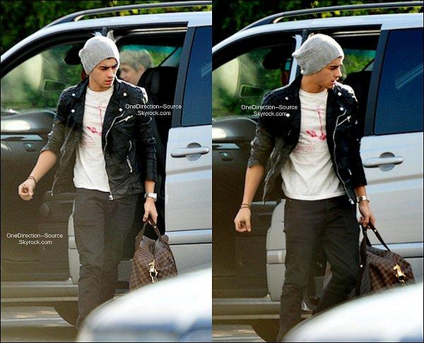 • 25 Avril :Peu de temps après son arrivée à l'aéroport de Heathrow  ,  Zayn a été vue quittant Londres pour rentrer chez lui.