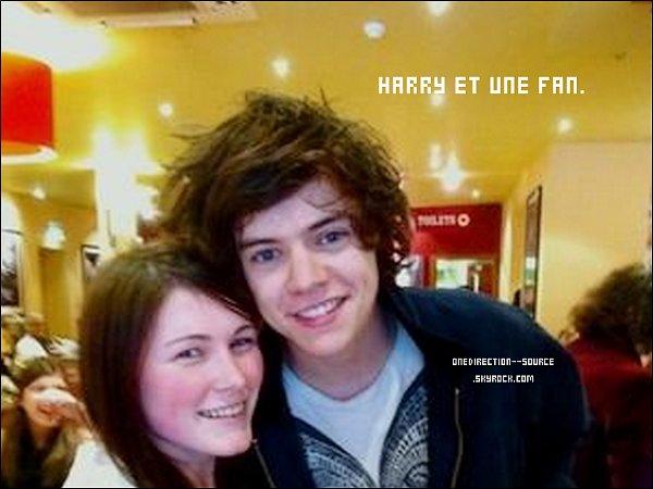 • 28  Avril :Harry a de nouveau été photographié sortant de son domicile ( Holmes Chapel) . Beaucoup de fans attendaient devant.