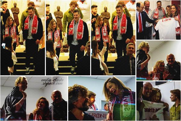 _______________________________________________ 06.11.2016 ◎ AT A FOOTBALL GAME Petit instant divertissement pour Emilia sur le tournage de Game of Thrones ! Le 06 novembre, ils se sont rendus au match de foot Séville – Barcelone en Andalousie (Espagne). Emilia était avec une grande partie de son équipe de tournage dont Conleth Hill, Gwendoline Christie, Peter Dinklage, Alfie Allen et le producteur de la série David Benioff. Pour l'occasion, Em a même reçu un maillot de l'équipe locale floqué en son nom. N'est-elle pas mignonne avec son grand sourire ?