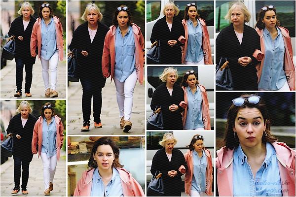 ____________________________________________ 18.05.2017 ◎ Out and About in London C'est cette fois-ci avec sa maman Jennifer que nous retrouvons Emilia dans les rues de sa ville natale. Petite balade entre mère et fille au programme de cette journée. A en juger par certaines photos, miss Clarke n'avait pas l'air ravie de voir les pap'z en compagnie de sa mère. Je la trouve cependant toute choupie, surtout sur le dernier cliché ! Question tenue, pas de gros changement avec celle portée le 12 mise à part la chemise dénouée, le petit ciret rose bonbon et les chaussures que je n'aime toujours pas … Petit top ! Qu'en pensez-vous ?