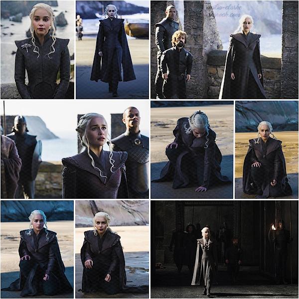 ____________________________________________________ TV SHOW ◎ Game of Thrones Alors que la diffusion de la saison 07 se rapproche de plus en plus, découvrez de nouveaux stills de Daenerys. Je ne sais pas de quel épisode sont issus ces clichés, mais je pense qu'il s'agit du premier. La série ne nous a pas habitué à 'trop' en dévoiler à l'avance .. On peut voir l'évolution de ses costumes dans ce bref aperçu de ce qui nous attend. J'aime beaucoup ses nouveaux ensemble plus sombre et 'conquérant' à la fois. Anecdote : Si Daeny portait beaucoup de bleu dans ses précédents costumes, c'était pour rendre hommage à Khal Drogo. (chaque Khalasar a sa couleur, celle de Drogo était donc le bleu) Plus qu'un gros mois avant la reprise, avez-vous hâte ?