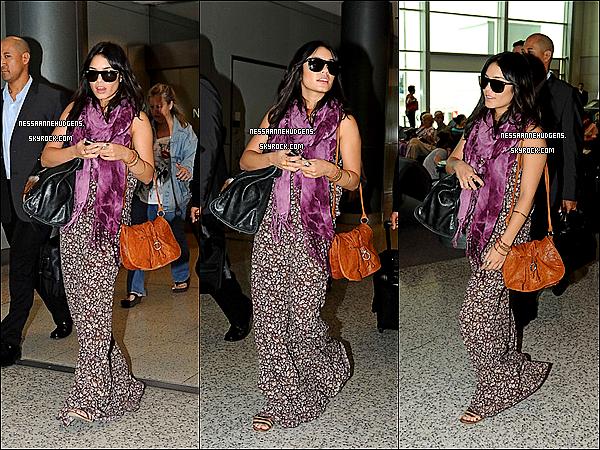 """. 17/01/12 : Nessa arrivant dans un aéroport de Sydney,  promouvoir """"Journey 2: The Mysterious Island""""      . à"""