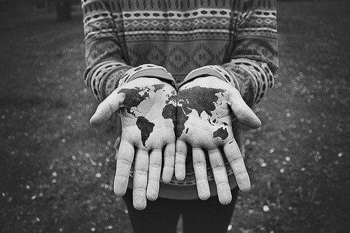 Au fond, j'crois que la terre est ronde, c'est pour une seule bonne raison: après avoir fait le tour du monde, tout ce qu'on veut, c'est être à la maison.