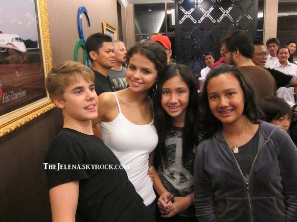 Selena sur les genoux de son homme !