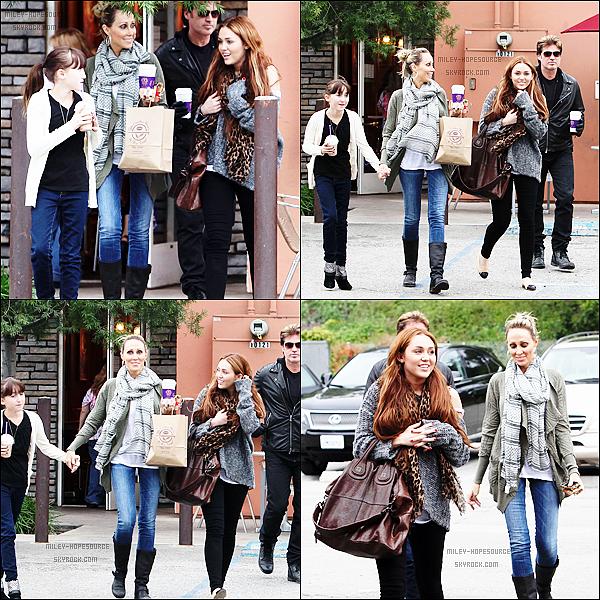 .27 mars 2011 : Miley heureuse avec toute sa famille sortant de chez Coffee Bean à Los Angeles. .
