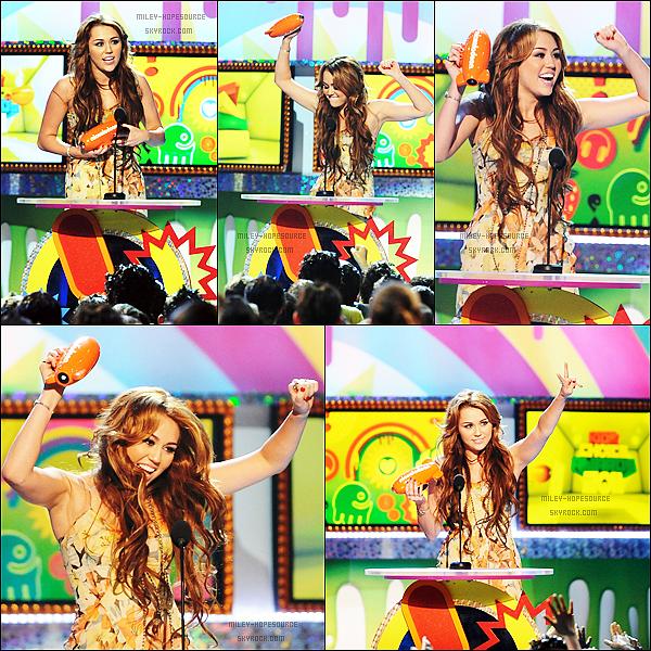 . 2 avril 2011 : Miley à la cerémonie des Kids Choice Awards 2011 à LA. Elle est magnifique et rayonnante ! Elle y a remporté le prix de « Best Movie Actress », Bravo Miles :D J'adore sa tenue, C'est très coloré un TOP !! .