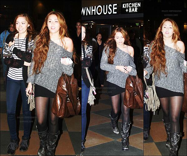 .3 avril 2011 : Miley était de sortie avec toute sa famille à Sherman Oaks en Californie. TOP TOP ! .