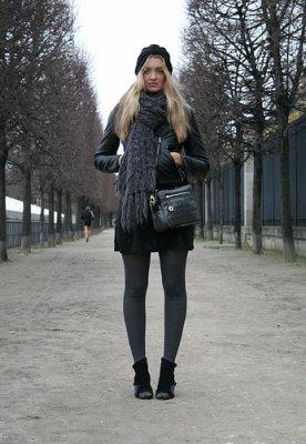 Robe grise et collant noir