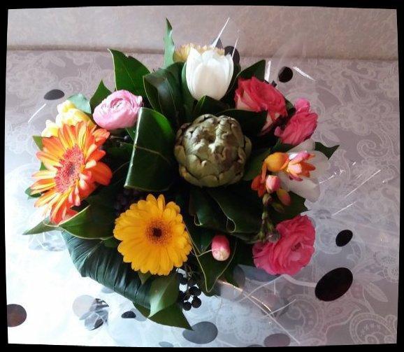 Cours d'art floral 2 : bouquet rond gourmand avec artichaut et radis.