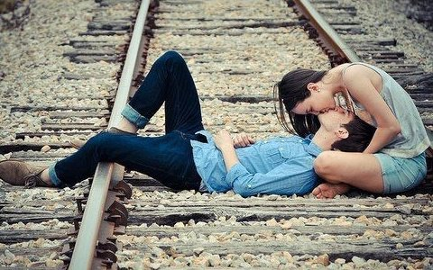 Dit moi qe tu m'aimes, qe je t'appartiens et embrasse moi $: !