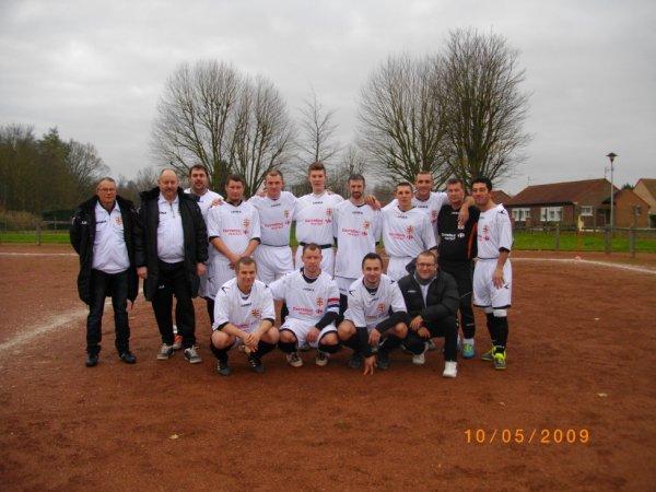L'équipe première face à Oignies et avec son nouveau jeu de maillots offert gracieusement par carrefour market roost warendin