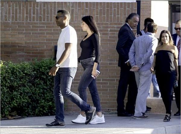 06.09.17 - Geo' est partie récupérer Junior à la sortie de l'école avec un garde du corp à Madrid.