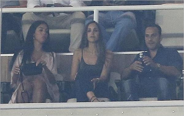 13.09.17 - Georgina avec des amis au stade Bernabéu pour le Real Madrid - Apoel Nicosia.