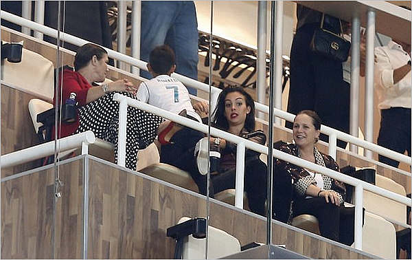 30.09.17 - Georgina, Dolores et Junior en tribune VIP au Santiago Bernabeu pour le match du Real.