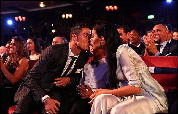 23.10.17 - Geo' présente à la cérémonie des FIFA Football Awards à Londres.Cristiano a gagné l'award du joueur de l'année face à Messi et Neymar. On a pu avoir un petit bisou avec Georgina.