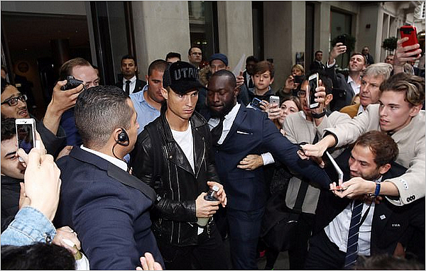 24.10.17 - Georgina quittant son hôtel de Londres suivi de près par Cristiano.