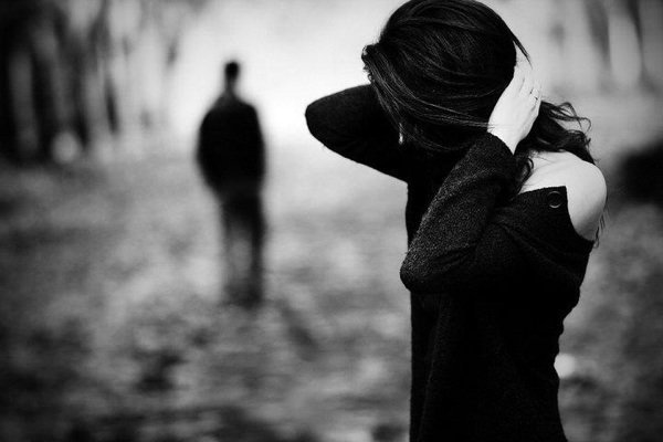 """""""İnsanın en büyük hatası sevmek değil, sevmeye layık olmayan birinden sevilmeyi beklemektir!"""""""