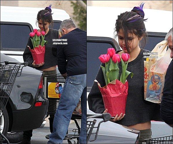 . CANDIDS- Jelena  vu au supermarché à Los Angles le 14 janvier. .