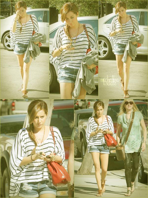 Ashley se baladant avec sa mère dans Los Angeles, ce Jeudi 31 Mars  Elle est tout simplement sublime, ton avis?