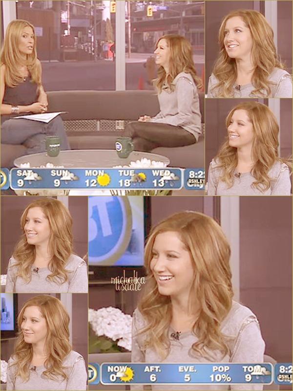 Ashley a rendu visite à SiriusXM Radio (nom à coucher dehors...) pour signer des DVD's et des romans de SFA C'est moi ou Ashley nous fais un BOF ? *o*, Par contre le makeup & la coiffure.. Magnifique!
