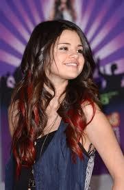 La belle Selena avec des mèches rouges ♥