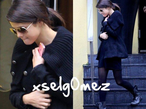 28 octobre 2011 | Selena sortant de son hôtel à Toronto