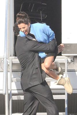 FLASHBACK : Le 14/02/12 - Eva sur le tournage de Desperate Housewives avec Ricardo (Carlos). J'adore sa tenue, sa coupe puis elle a l'air de s'éclater j'adore les photos .. Gaby/Carlos me manque :'( Ton avis ?