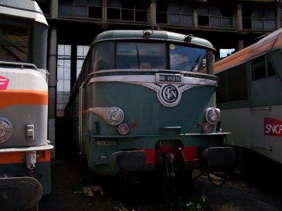 les stars du jour: la BB 25236 à villeneuve et la BB 26046 livrée carmillon à épinay sous sénart 02/07/2011