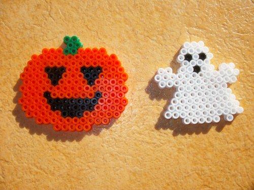 Petit fantôme avec une petite citrouille en perle hama