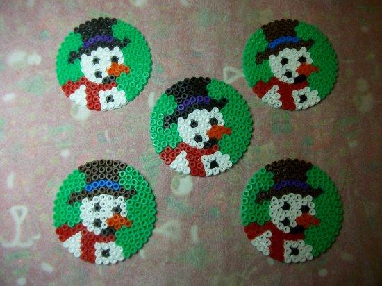 Cornets pour noël avec des sujets  bonhomme de neige et papa noël en perles hama