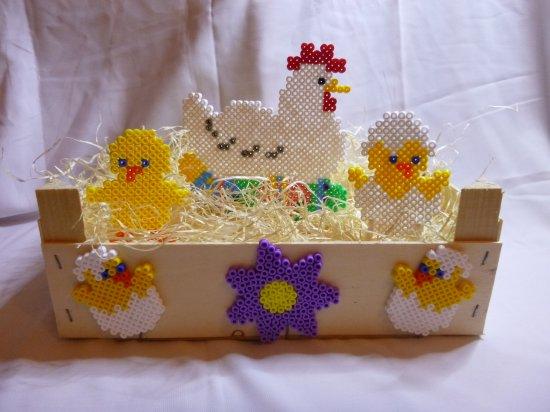 Petite décorations de pâque avec des sujets en perles Hama et caisse de clémentine