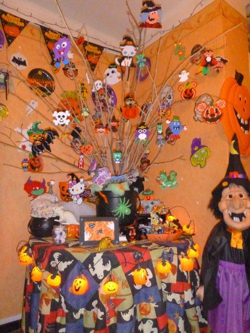 Joyeux  Halloween : Arbre Halloween avec des sujets en perles Hama