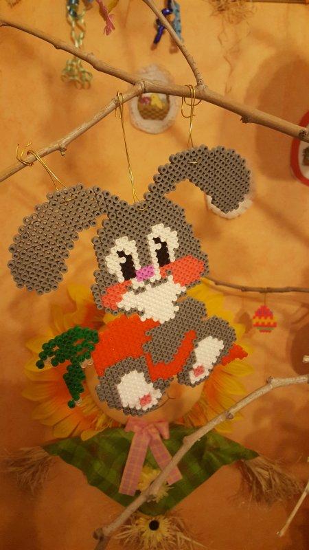Lapin gris avec une carotte en perles Hama .
