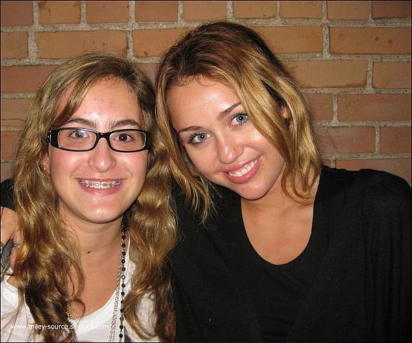 miley-source.skyrock.com 29 Aout. Miley pose avec une fan . + vêtement de Miley & Max Azria miley-source.skyrock.com