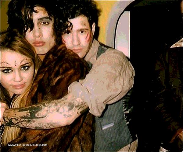 . 31 octobre 2010  ___ Miley Cyrus et des amies le soir d'Halloween surement avec Avan son nouvel ami  . Miley reste de plus en plus avec son nouvel Ami & Anna  qui reste encore très mysterieux VOS AVIS ?  .   .