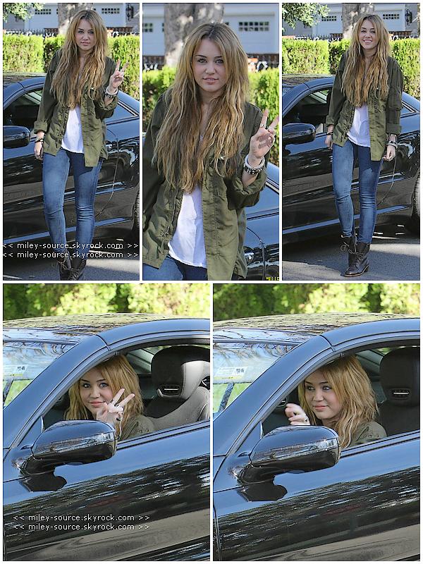 """31 Décembre 2010   Miley Cyrus posait pour les Paparazzi le dernier jour de l'année 2010 à Los Angeles  . Miley a posté une vidéo """" remix """" de Who Owns My Heart """" sur son compte Youtube  ici.. Tu aimes ou non ?    ."""